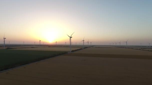 Szélkerekek Megújuló szélenergia-források a gyönyörű táj naplementekor. Légi felmérés
