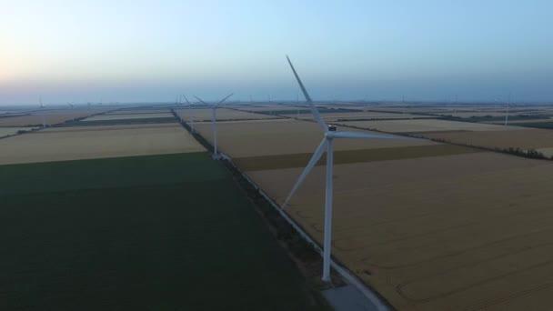 Tájkép szélmalmokkal és szántóföldekkel alkonyatkor. Légi felmérés