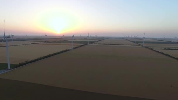 Szélmotorok pengékkel Megújuló szélenergia források a gyönyörű táj naplementekor. Légi felmérés