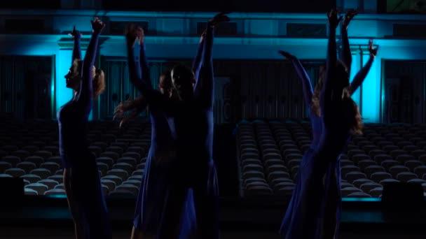 Na pódiu velké haly si seskupte šikovné baletíny tance moderního baletu. Děvčata se dívají na Auditorium. Zkouška před výkonem.