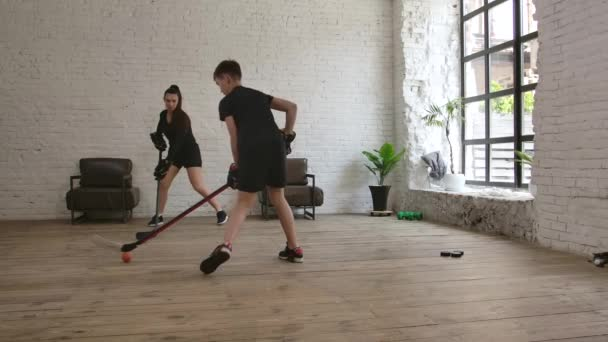 Anya edző hokizni tanítja a fiát. Lassú mozgás..