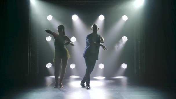 Konzept des sozialen Tanzes und der Beziehungen. Silhouette eines jungen schönen Paares, das sinnliche Tanzsalsa tanzt.