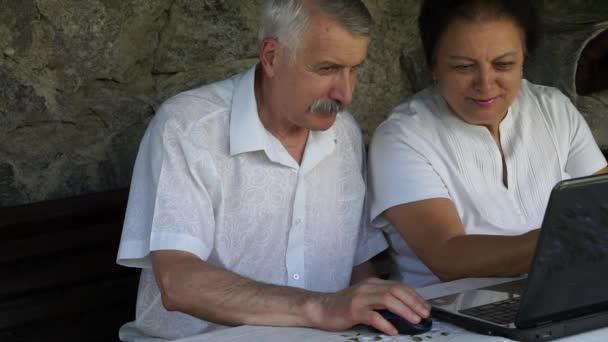 Ältere Männer und Frauen beim Online-Shopping