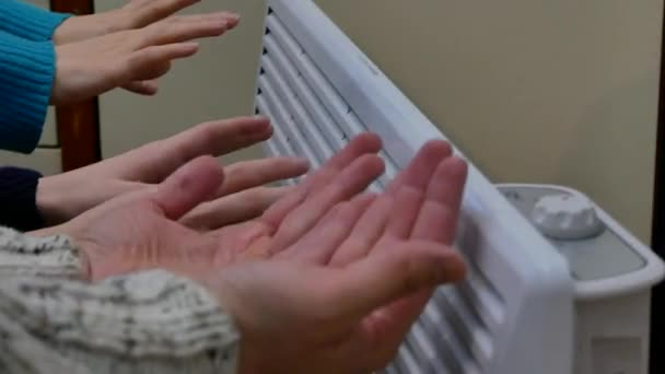 tři páry lidských rukou rodiny vytápění, ohřev domácí elektrický ohřívač na zimní chladné období. domácí finance rozpočtu vysoké Evropa nástroj účty koncept. Detailní statický 4k záběry
