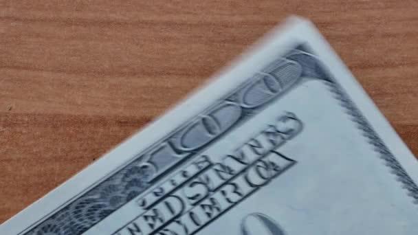 Dávám pár stovek dolarů na dřevěné desce. makro 4k videozáznamu