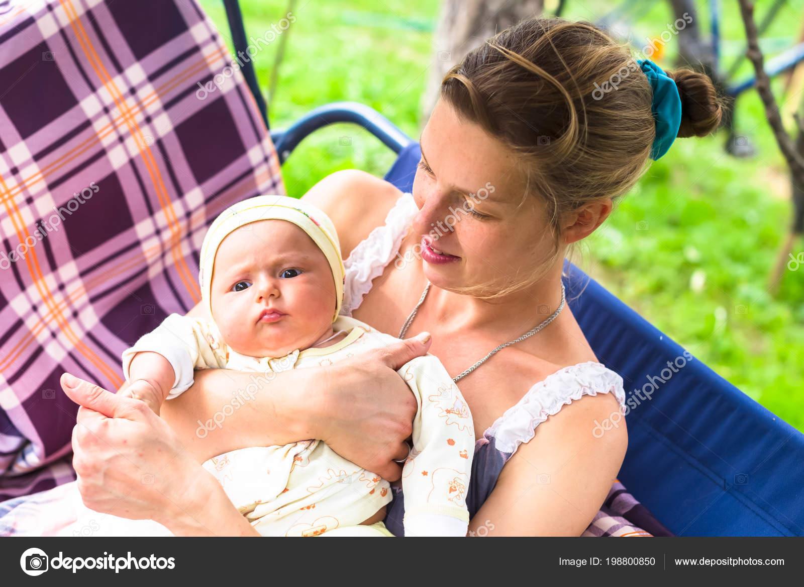 Baby Schommel Tuin.Moeder Baby Staan Tuin Zomer Een Schommel Mama Zonder Make