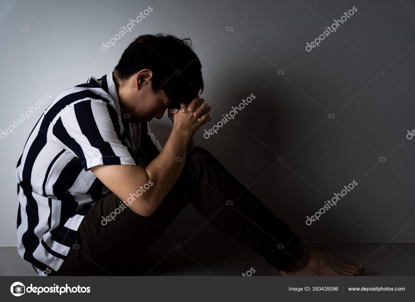 Pria Sedih Memeluk Lututnya Dan Menangis Duduk Sendirian Ruangan Gelap Stok Foto C Mikesaran 383435096