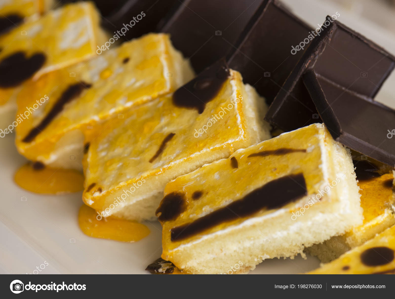 Keks Kuchen Mit Banane Marmelade Und Schokolade Auf Einem Weissen
