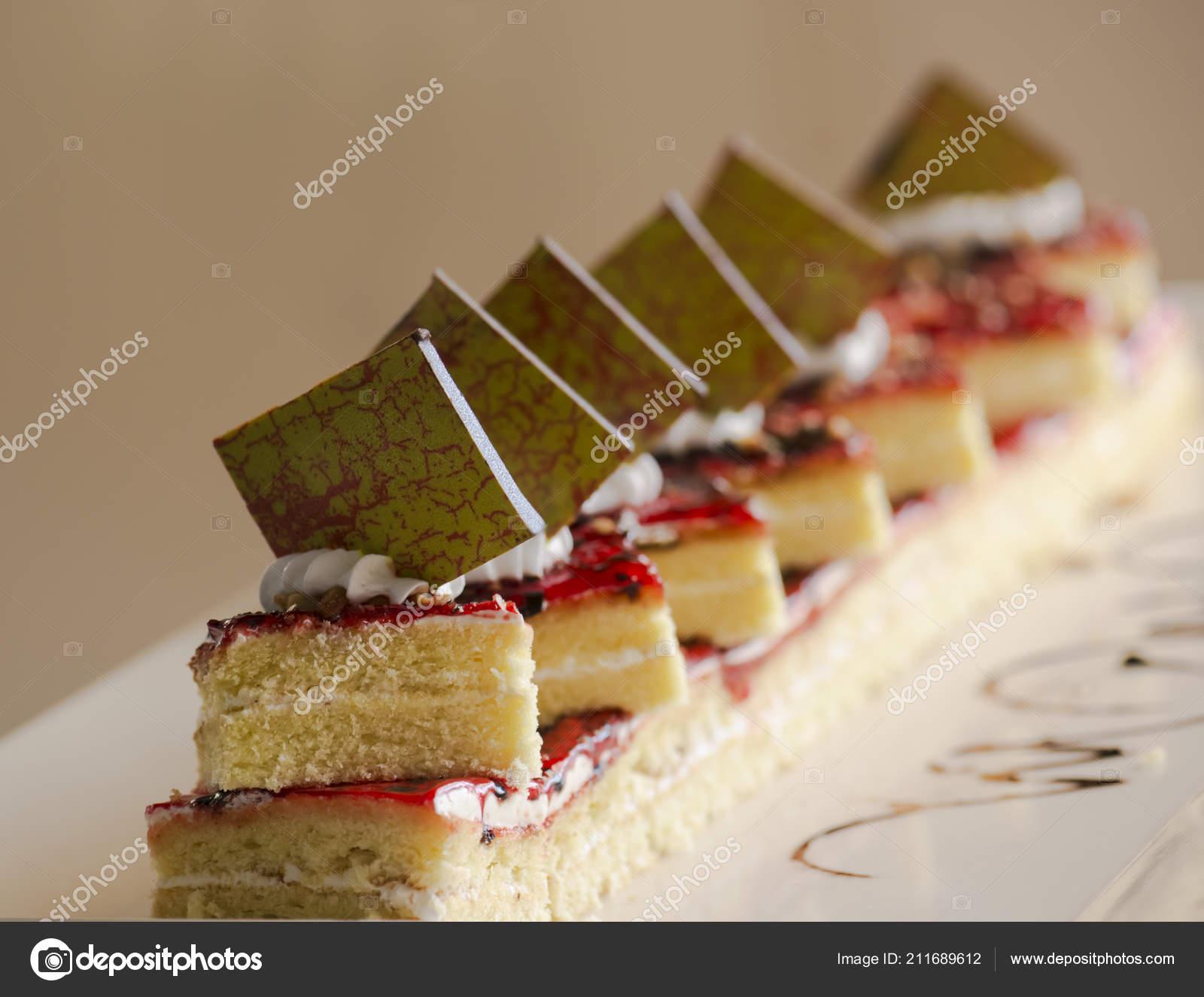 Der Kuchen Mit Marmelade Ist Mit Sahne Und Schokolade Auf