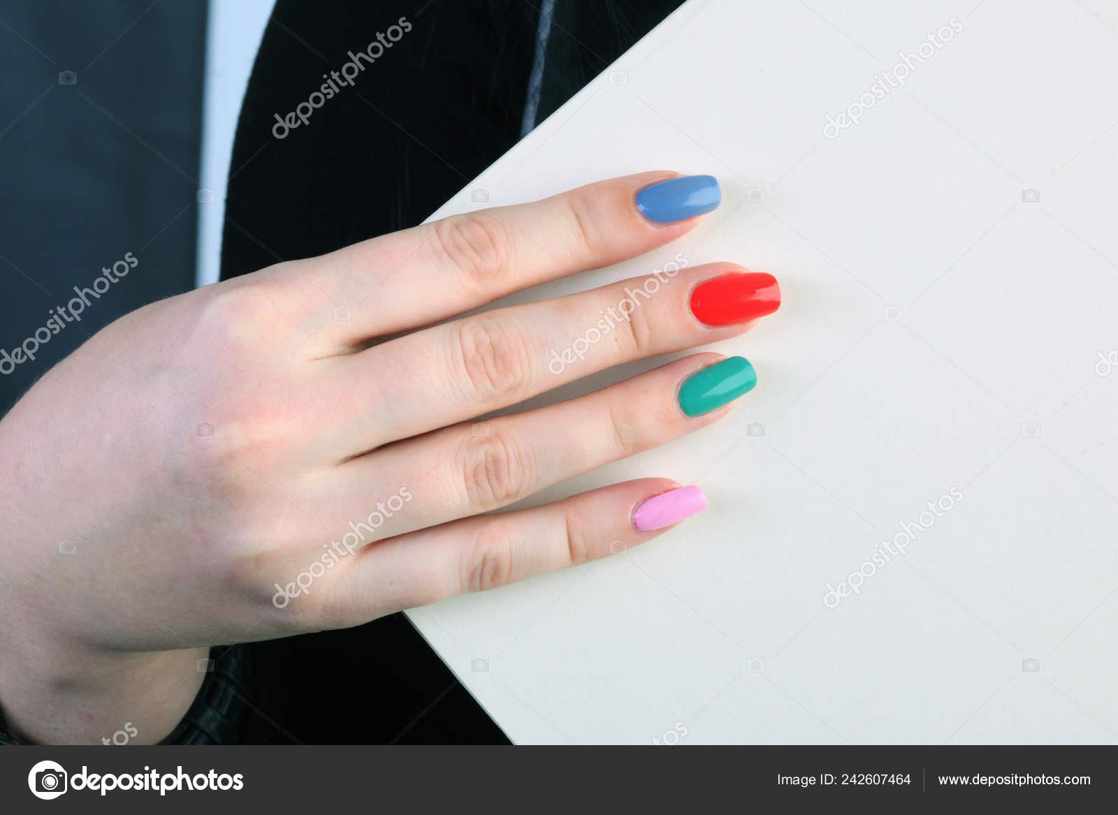 Cartel Las Manos Chica Con Uñas Pintadas Colores Foto De