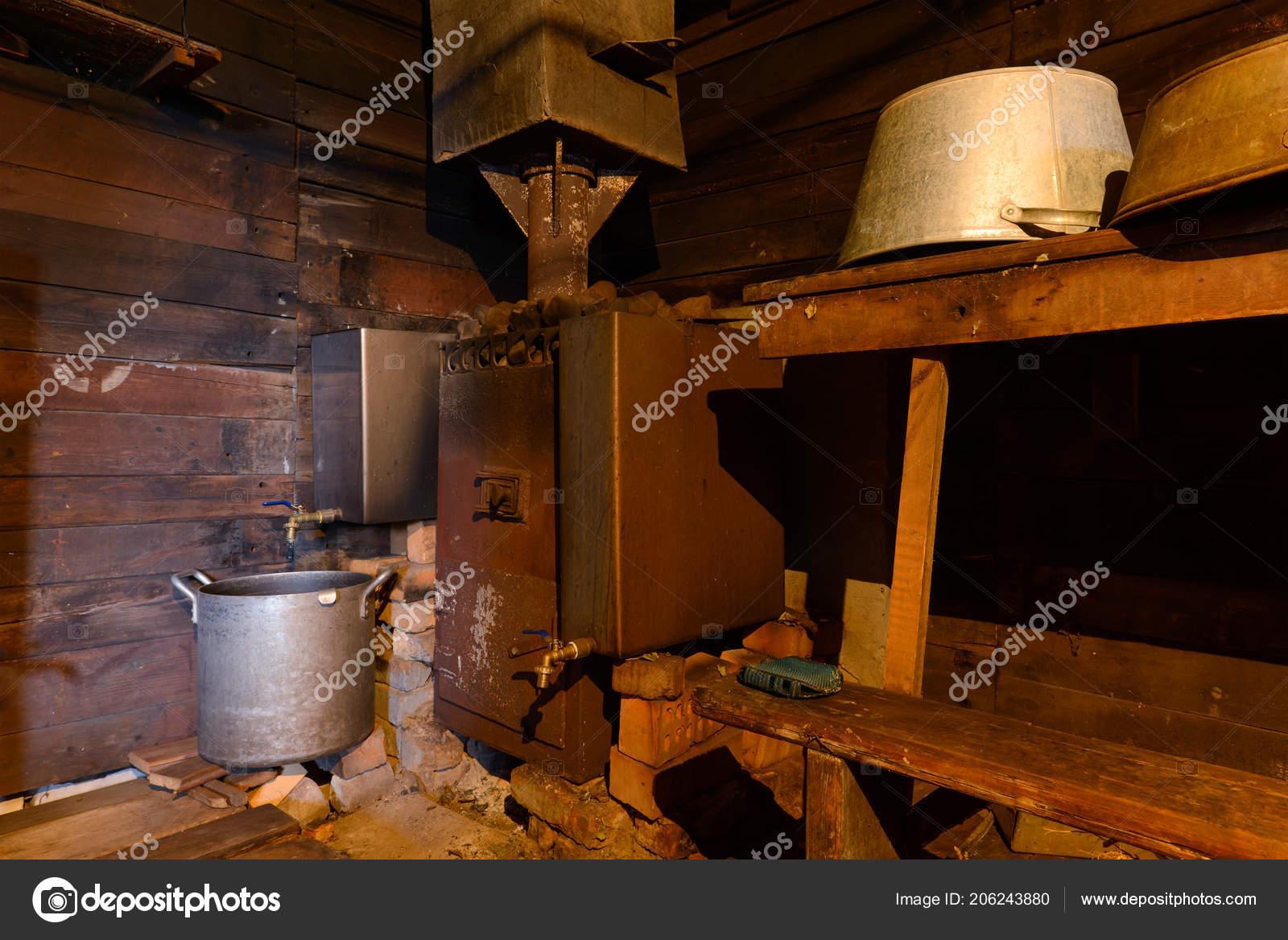 Accessori Bagno In Legno : Interno vecchio bagno legno con accessori bagno u foto stock