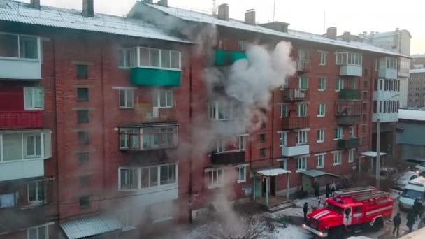 Irkutsk, Rusko - 15. listopadu2019. Požár v cihlovém činžovním domě v zimě.