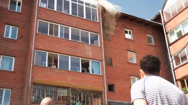 Irkutsk, Rusko - 31. května2020. Požár v cihlovém činžovním domě v létě.