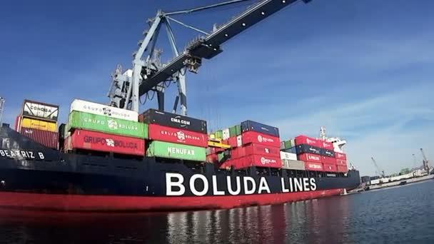 Nagy konténer Beatriz B letöltő konténerek Alicante kikötő a spanyol partok mentén a Földközi-tengeren.