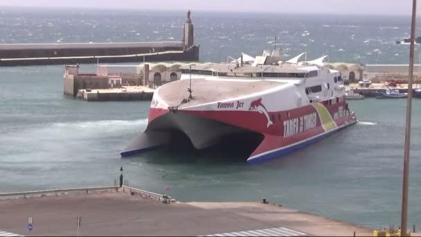 Rychlé trajektové katamarány Tarifa Jet manévrování uvnitř přístavu Tarifa v provincii Cádiz v jižním pobřeží Španělska