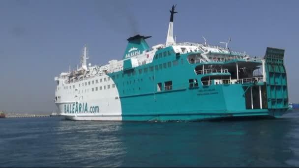 Trajekt z přístavu Algeciras do Tanger přístavu s názvem Poeta Lopez Anglada opouští přístavu Algeciras v jižním pobřeží Španělska