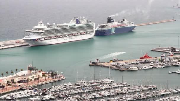 Letecký pohled na plavby ukotvený během cesty v městě středomořského přístavu Alicante ve Španělsku