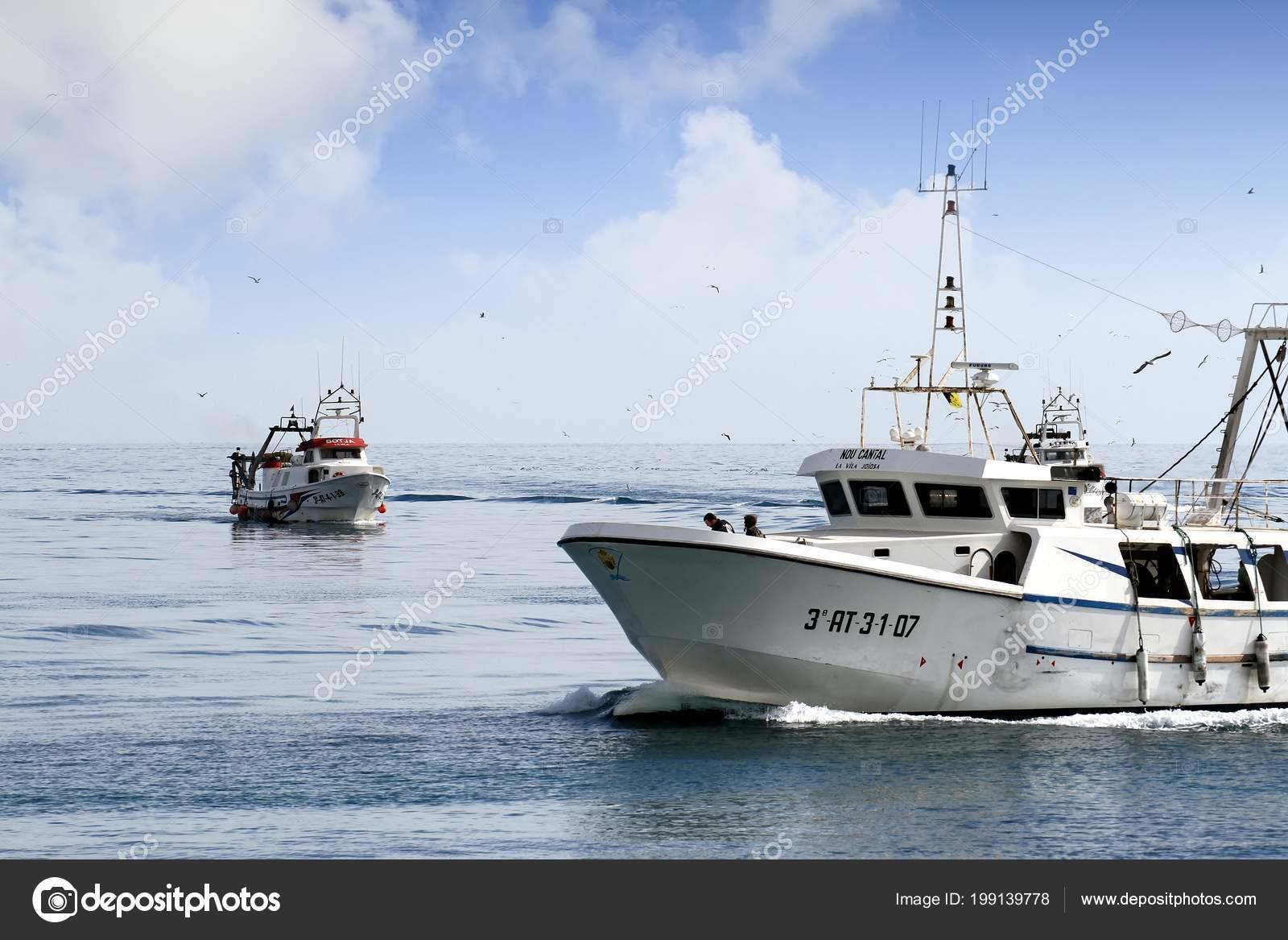 paire bateaux p che chalutier approchant port vendre leurs captures dans photo ditoriale. Black Bedroom Furniture Sets. Home Design Ideas