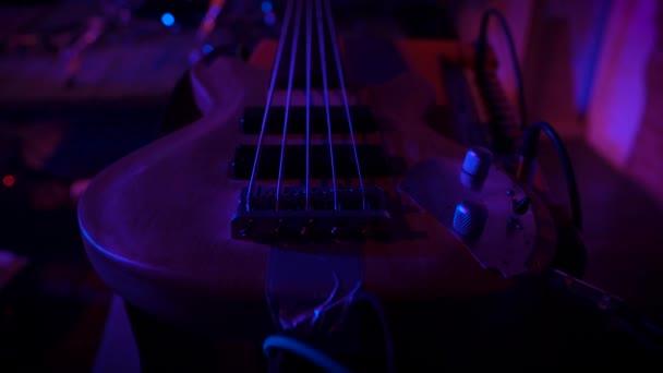 A gitár élénk lila színekben rejlik