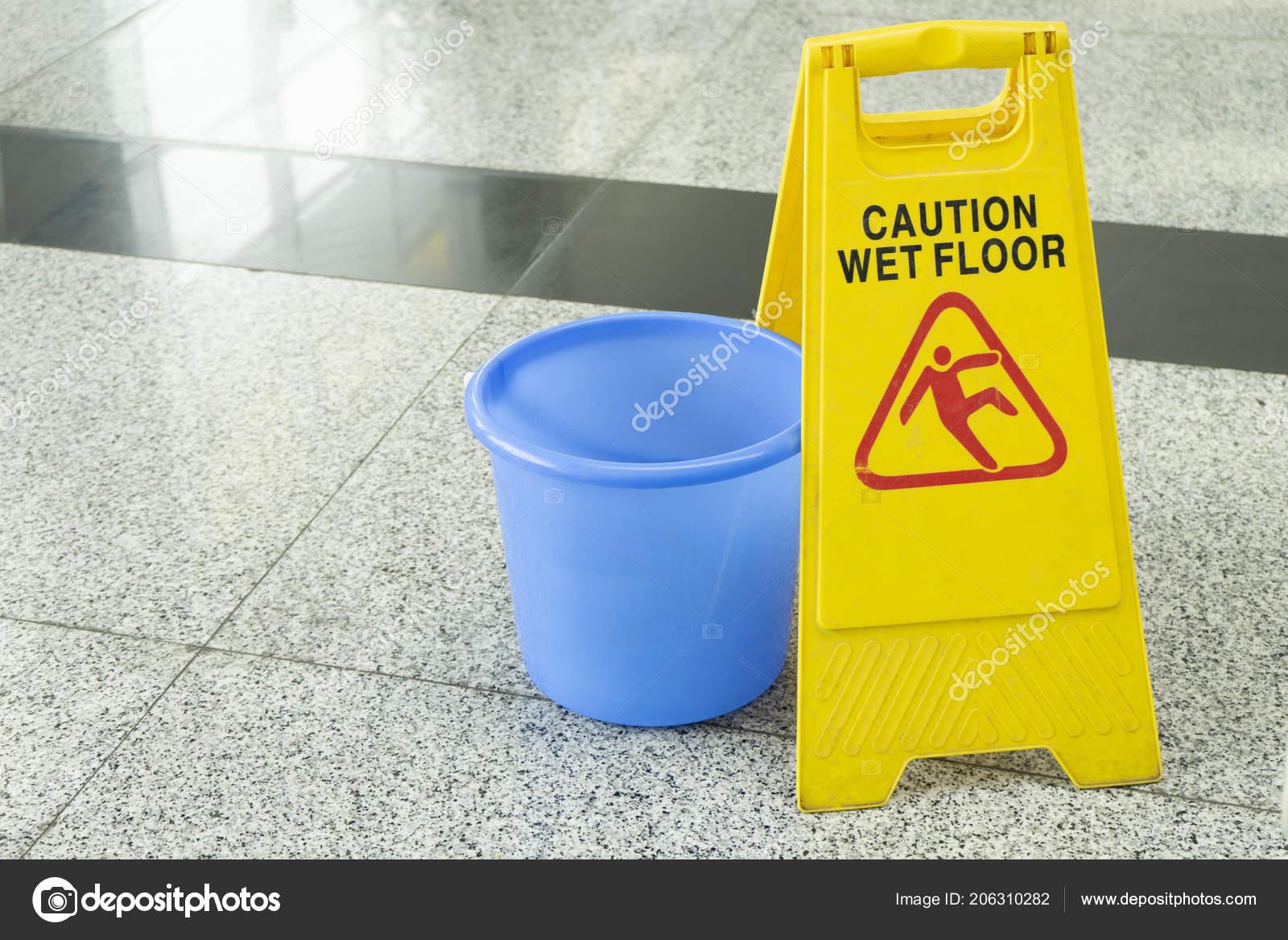 Segnale di pericolo per il pavimento bagnato fotografia stock