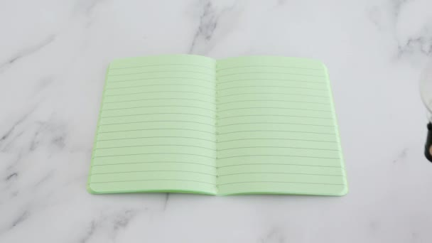 koncepció a kreativitás és a találékonyság, kézi elhelyezése ötlet villanykörte tetejére üres üres notebook zöld oldalak