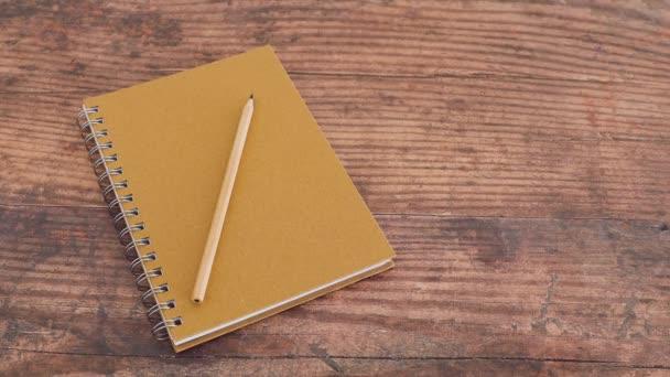 metafora na žárovku z myšlenky umístěné vedle notebooku s tužkou na dřevěném stole