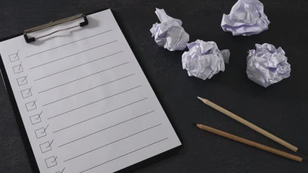 leküzdése a termelékenység hiánya kéz üzembe villanykörte csinálni lista mellett csoport scrunched papírgolyók