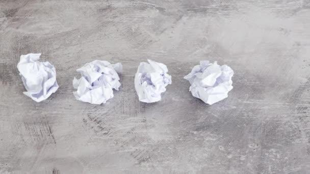 tvůrčí blok koncept seškrábnutý papírové listy a ruční umístění žárovky vedle nich