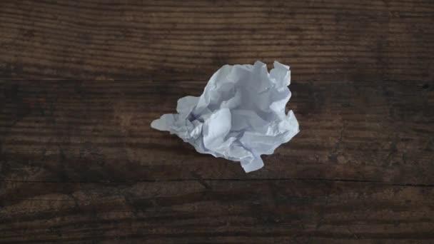 kreativní blok timelapse s seškrábaným papírovým listem zploštělý a pak se zase scracked
