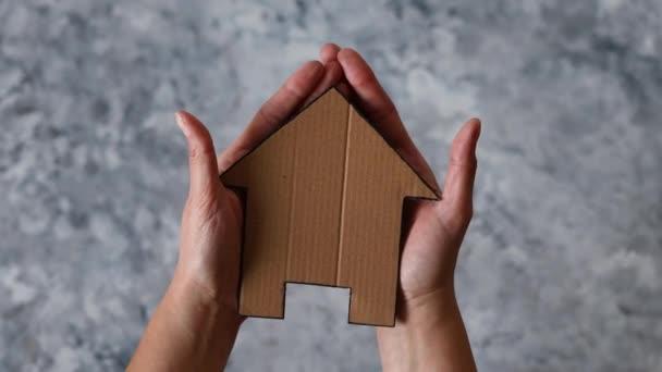 realitní investice nebo pojištění koncept, ruce držící dům ikona