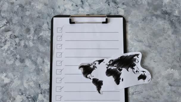 Hilfe für Unternehmen nach der globalen Lockdown durch covid-19 verursacht, um Do-List und Weltkarte mit der Hand Platzierung Wiedereröffnung Nachricht