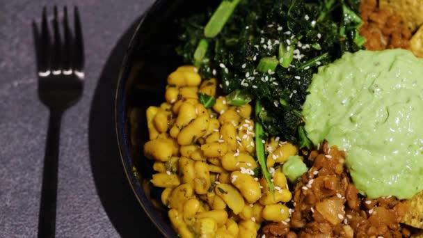 gesunde pflanzliche Lebensmittel Rezepte, mexikanische Schüssel mit Bohnen Grünkohl Guacamole und Toritlla-Chips