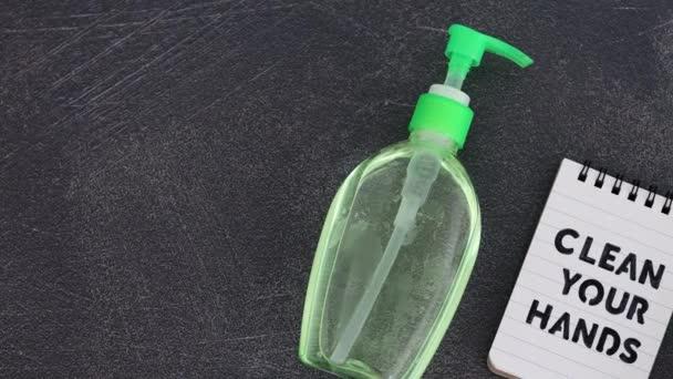 udržujte ruce čisté pro boj s bakteriemi a viry koncepční zátiší, dezinfekčním prostředkem na ruce a tekutým mýdlem vedle poznámky s Čistým textem na ruce, plochá verze s horizontálním vyhodnocováním fotoaparátu