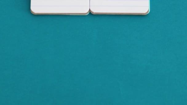 koncept imitace výrobku a nekalé soutěže, Original Product vs Product Dupelabels na identické notebooky symbol generické položky a kamerové panting vertikálně