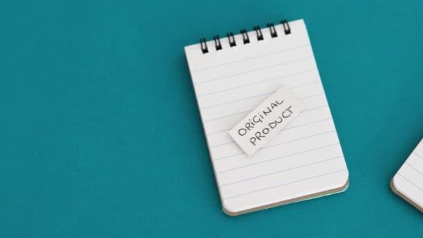 koncepció termék utánzás és tisztességtelen verseny, Eredeti termék vs termék Dupe címkék azonos notebook szimbólum generikus elemek és kamera panning vízszintesen