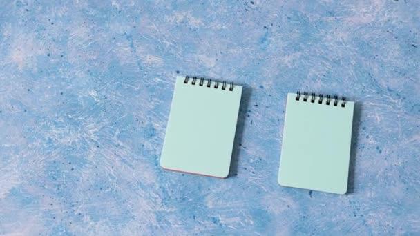 obchodní organizace a plánování koncept, pár odpovídajících modrých poznámkových bloků na modrém pozadí a kamerové panning