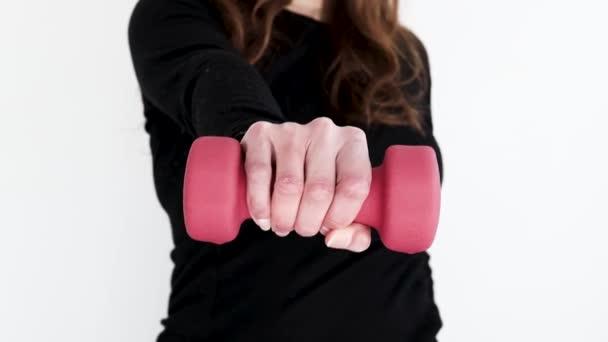 domácí fitness koncept, žena ve sportovním oblečení držení činka a cvičení horní části těla