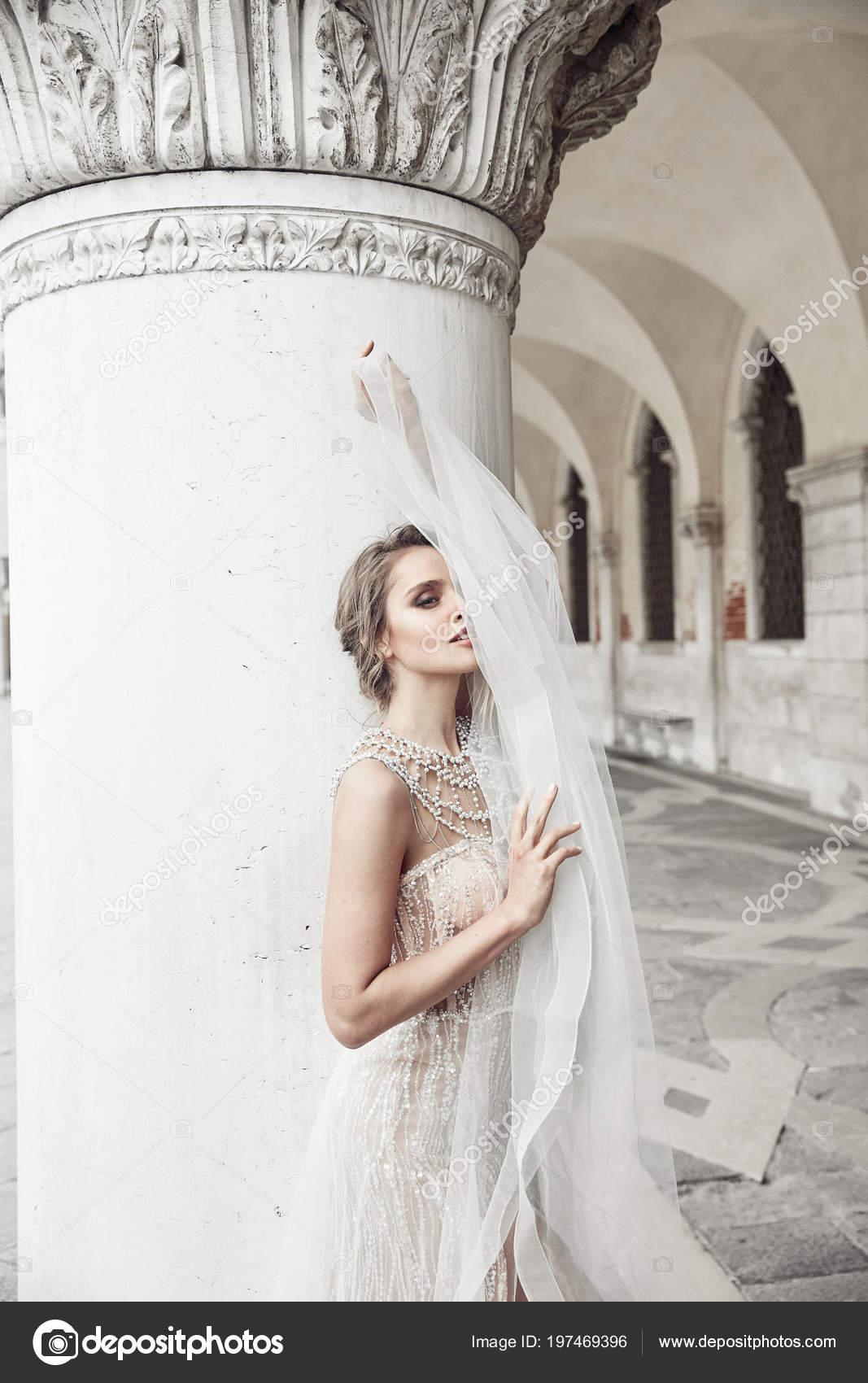 Schone Braut Langen Und Eleganten Luxuriosen Elfenbein Kleid Und