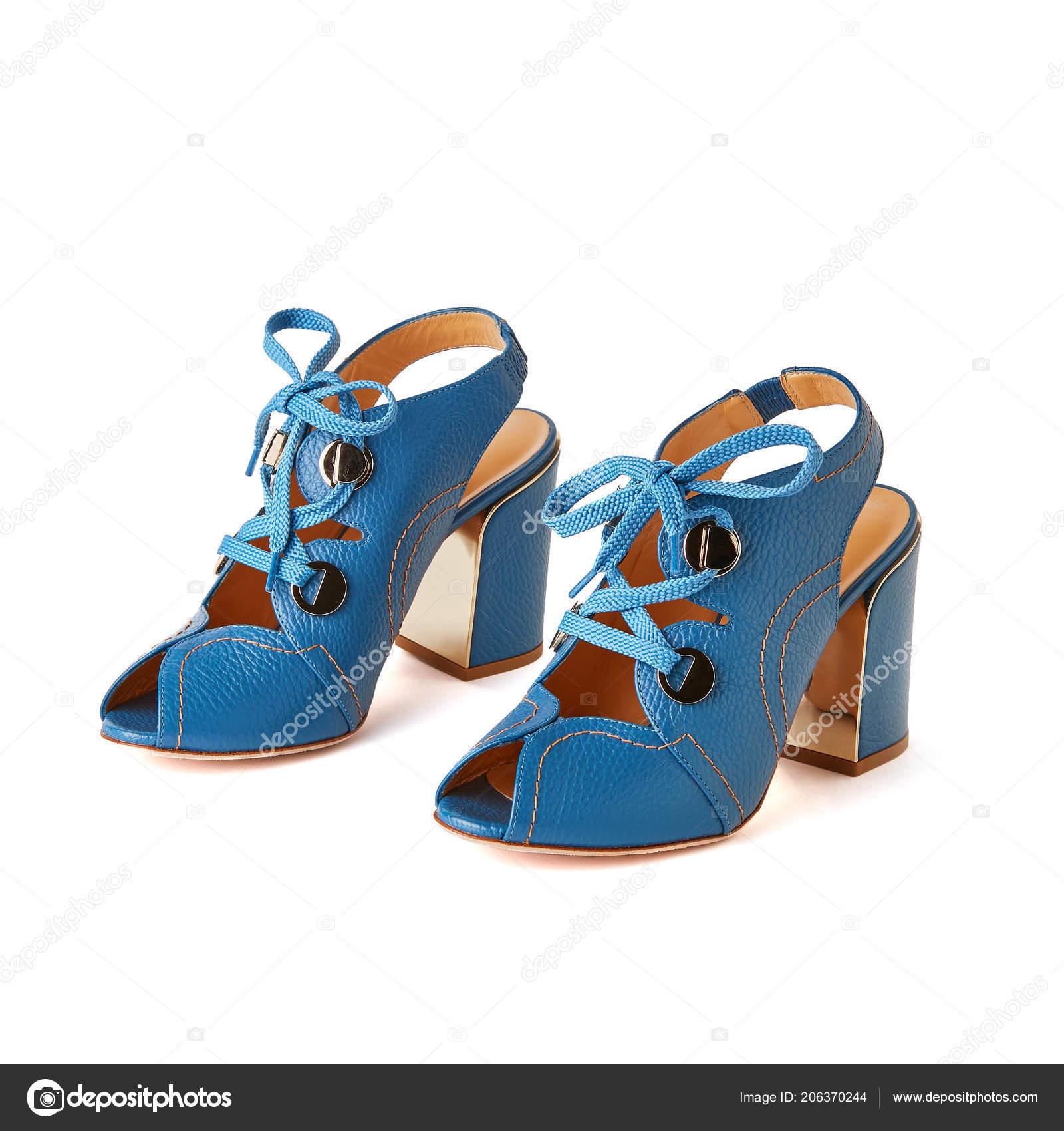 71ac6964e2 Rendas Dedo Aberto Azul Até Sandálias Salto Bloco Com Detalhes — Fotografia  de Stock