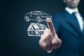 Fotografie Mann streift Haus und Auto