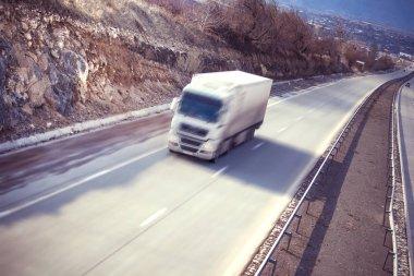 soyut yolda beyaz kamyonetin arka plan bulanıklık