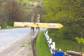 Fényképek útjelzési autópálya az üres hely a cél neve és a fehér nyíl