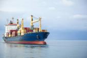 Kontejnerová doprava s nákladní lodí na moři
