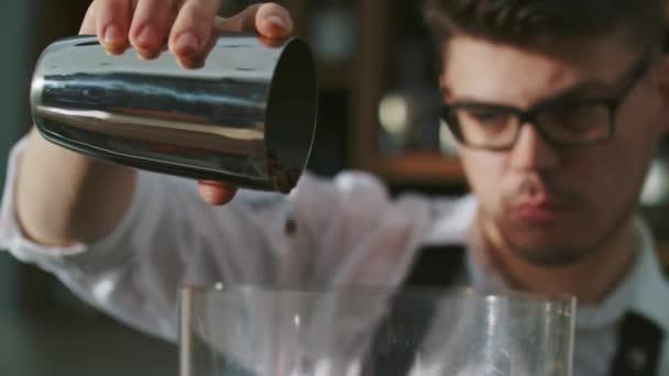 Příprava cappuccina v úložišti kávy Barista