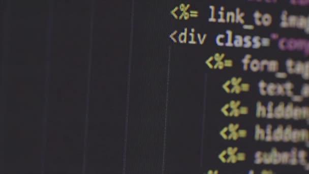 Programování kódu na monitoru počítače