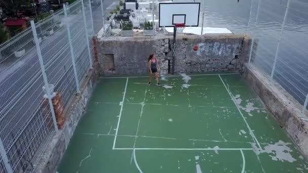 Aktív női kosárlabda játékos zöld burkolt kosárlabda