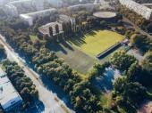Fényképek Felülnézete a zöld foci pitch naplemente fény