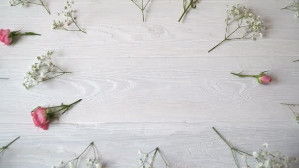Složení bílých a růžových květin v rustikálním stylu pro den svatého Valentýna s místem pro Váš text