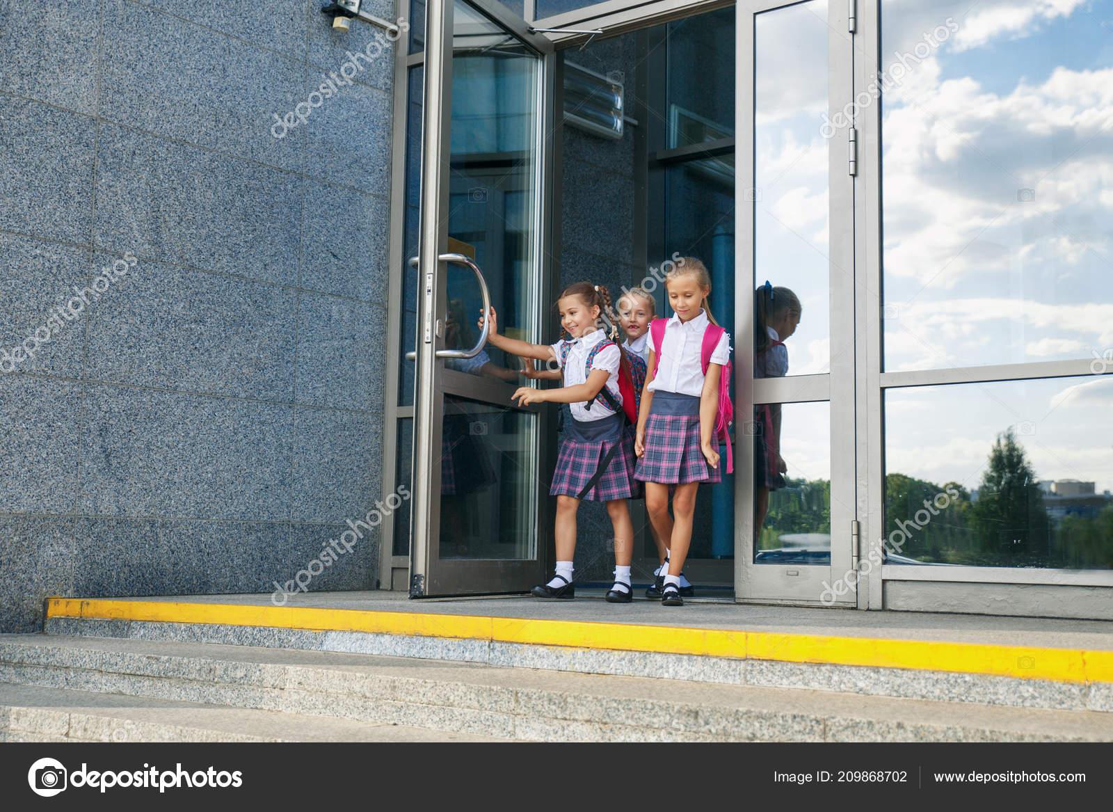 1fe65c95816 Πορτρέτο της τα παιδιά σχολείο με σακίδιο πλάτης να τρέχει μετά το σχολείο.  Έναρξη των μαθημάτων. Πρώτη ημέρα της πτώσης — Εικόνα από ...