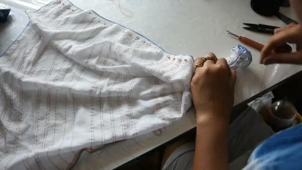 Thaiföldi nő dolgozók batikolt nyakkendő, festés természetes színű folyamat fold bundle és varrás vagy arashi shibori szövet workshop, Nonthaburi, Thaiföld